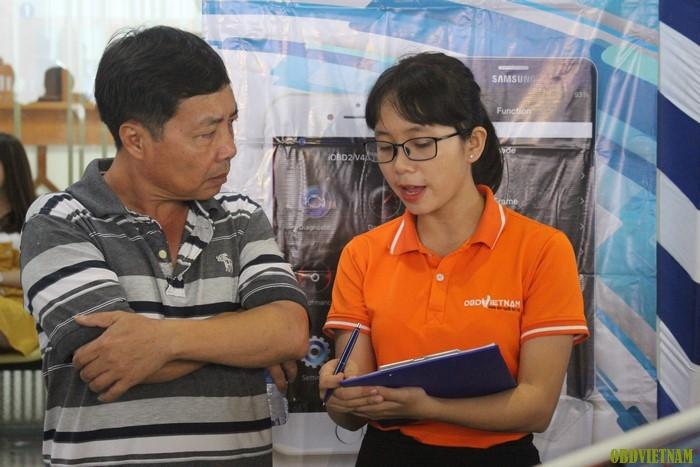 Nhân viên OBD Việt Nam tư vấn cho khách tham dự