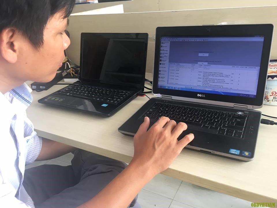 Laptop dùng tra cứu tài liệu sửa chữa ô tô