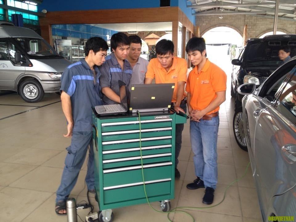 Laptop cài đặt phần mềm chẩn đoán ô tô
