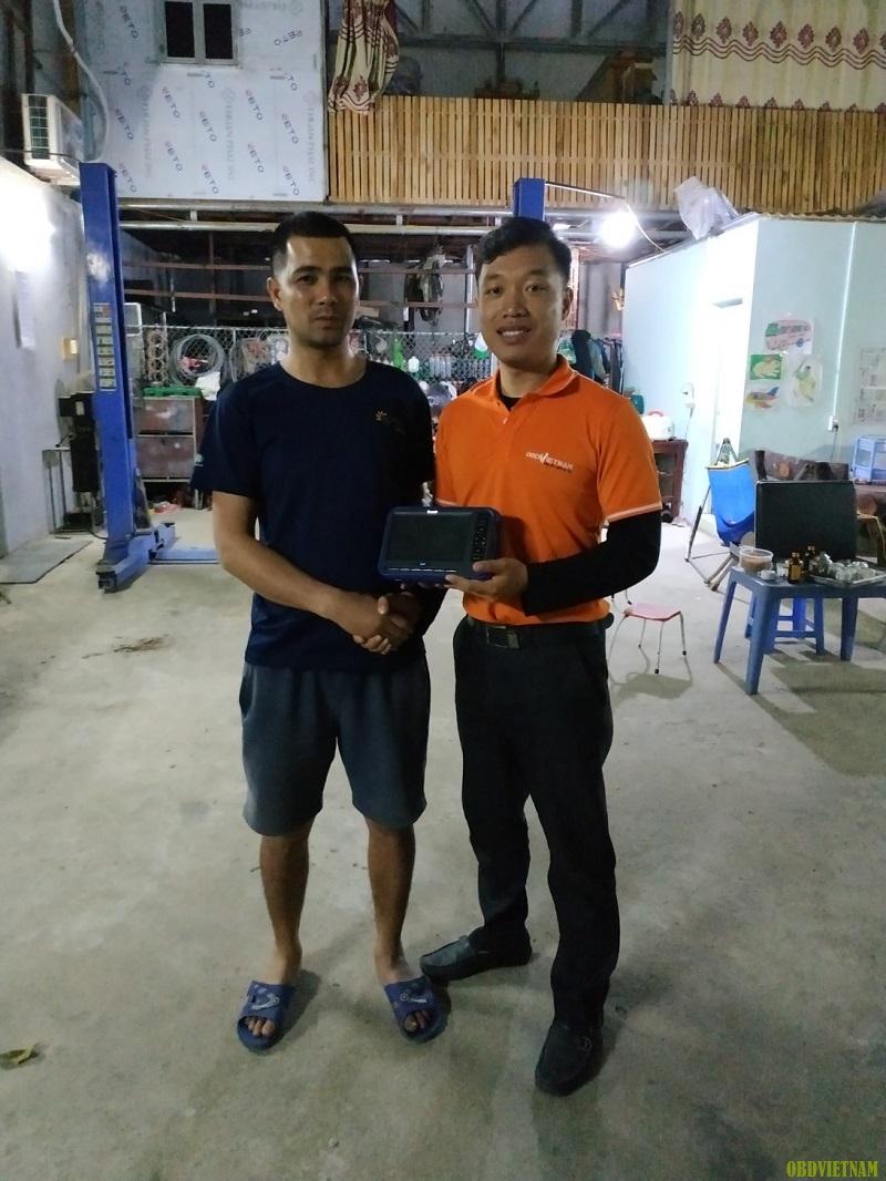 OBD Việt Nam chụp ảnh lưu niệm chuyển giao cùng anh Hùng tại garage