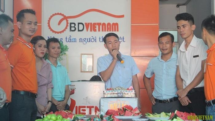 Giám đốc OBD Việt Nam đọc phát biểu trong bữa tiệc chúc mừng